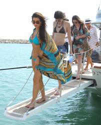 http://img208.imagevenue.com/loc150/th_106834642_KendallKylie_Jenner_BikiniDominicanRepublic_March29_2012_16_122_150lo.jpg