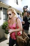 th_00664_brit002sandino_122_177lo - Britney Spears va mieux, son décolleté aussi