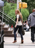 th_07059_Blake_Lively_on_the_set_of_Gossip_Girl-002_122_476lo.jpg